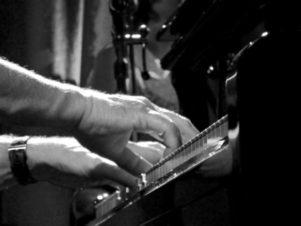 Hugh Laurie (piano, chant, guitare acoustique) et The Copper Bottom Band ont fait voyager leur amour du blues et de la musique à Den Atelier, Luxembourg. (photo : Léa Fox)